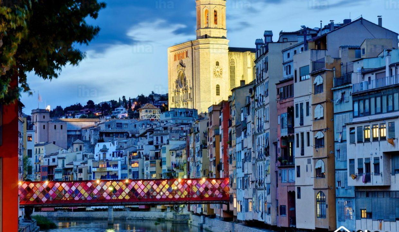 Palamos-Girona-por-la-noche-con-el-puente-decorado-y-catedral-